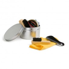 Kit de limpeza de sapatos. Com 6 peças: 1 cera para sapatos na cor preta, 1 flanela amarela, 2 escovas em madeira, 1 calçadeira e 1 embalagem lata